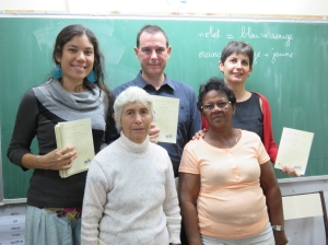 De gauche à droite : L'enseignante Mélodie Ample, Iris Sautron (devant), le directeur Hervé Murard, l'animatrice Edith Gignoux et Denise Hoarau (devant)